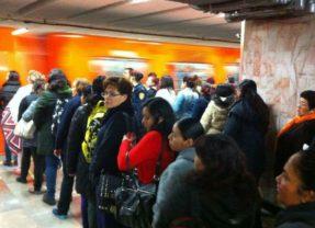 Insólito, se forman para entrar al metro