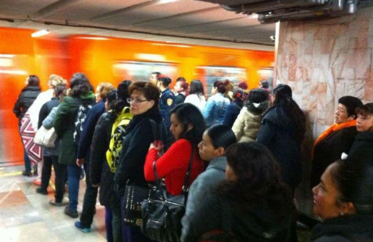 La gente se forma para entrar al metro de la CDMX