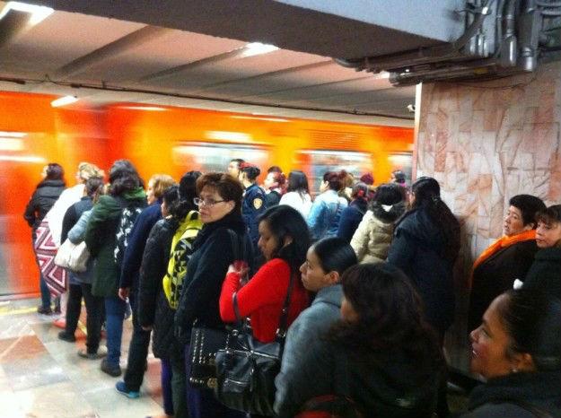 Se forman para entrar al metro CDMX