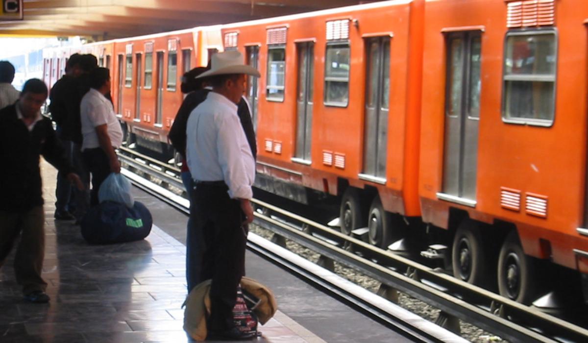 Rescatan a hombre ciego que cae en las vías del metro CDMX